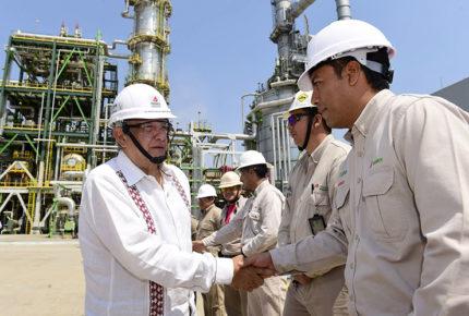 Llama AMLO a reguladores a apoyar su política energética