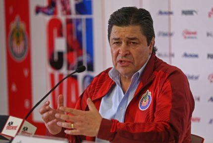 Chivas destituye a Luis Fernando Tena como director técnico