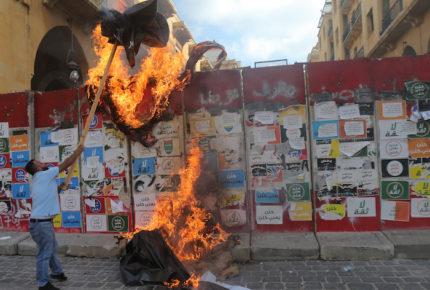 Manifestantes toman cancillería de Beirut; muere un policía