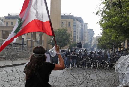 Miles de libaneses se manifiestan contra gobierno por explosión