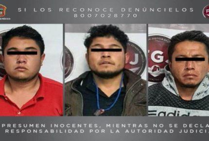 Detienen a tres sujetos por robar auto de taxista en Edomex
