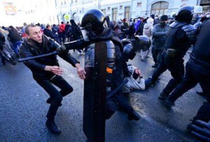 Detienen a 1,800 personas en manifestaciones en favor de Navalni