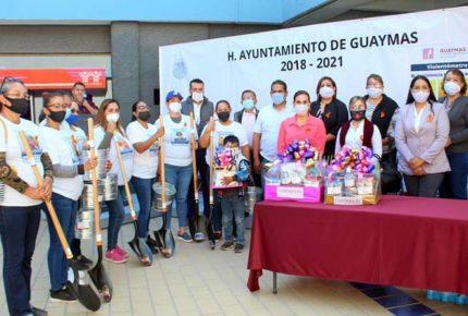 Alcaldesa de Guaymas entrega palas a colectivo de búsqueda