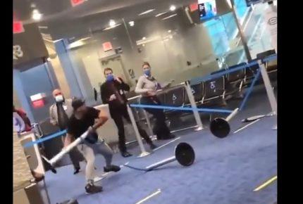 Sujeto enfurece porque le piden que use cubrebocas en aeropuerto