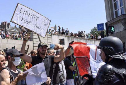 Antivacunas en Francia se manifiestan contra funcionarios