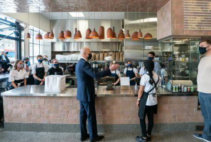 Biden ofrece subvenciones a restaurantes afectados por la Covid-19