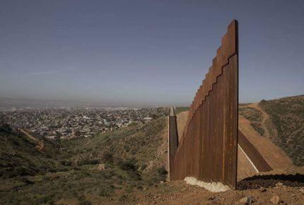 Cancela Biden dos contratos para construcción de muro fronterizo