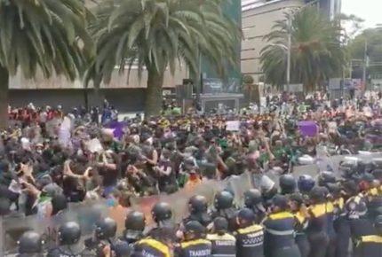 Policías y feministas chocan en marcha proaborto en CDMX