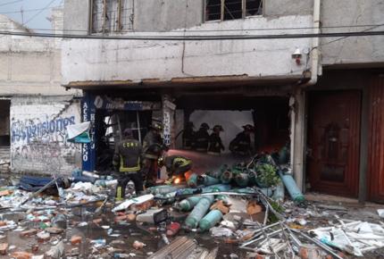 Tras explosión se incendia local de tanques de oxígeno en CDMX