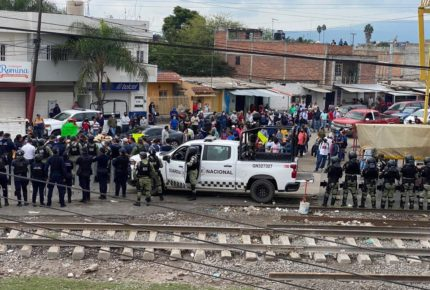 Maestros de la CNTE y policías se enfrentan en Michoacán