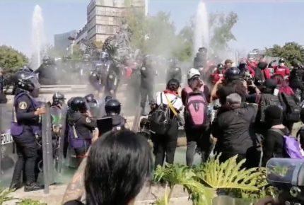 Policía de CDMX encapsula a feministas en Fuente de Cibeles
