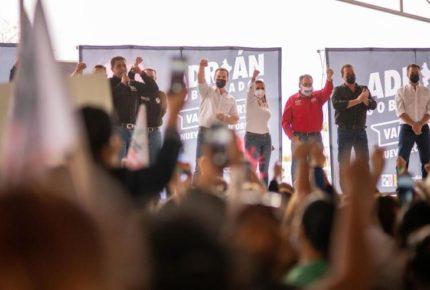 Adrián de la Garza viola restricción y realiza macro evento