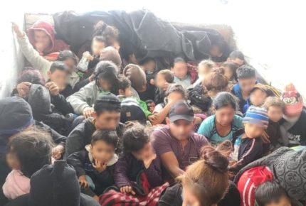 Hallan camión con 61 migrantes en Nuevo León