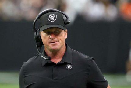 Jon Gruden renuncia como entrenador de los Raiders