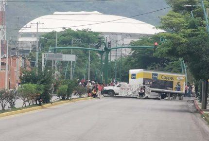 Enfrentamiento entre normalistas y policías deja 3 heridos en Chiapas