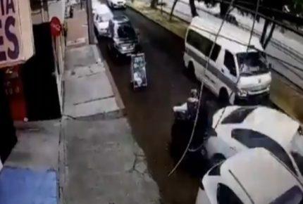 En Michoacán, conductor arrolla a hombres que trataron de asaltarlo