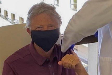Bill Gates se vacuna contra la covid-19