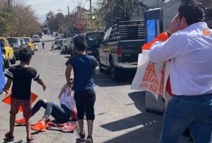 En gira por campaña, esposa de Samuel García se cae de la patineta