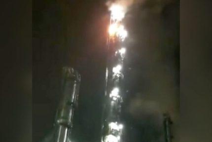 Por caída de rayo se desata incendio en torre de petroquímica