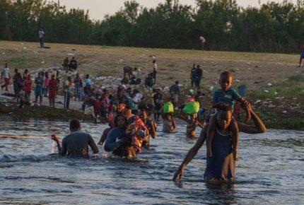 Piden a Biden declarar emergencia en Texas por arribo de migrantes