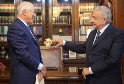 Presenta Ken Salazar cartas credenciales como embajador a AMLO