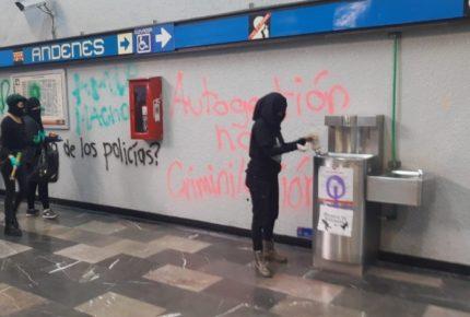 Colectivo feminista se manifiesta en el Metro de la CDMX