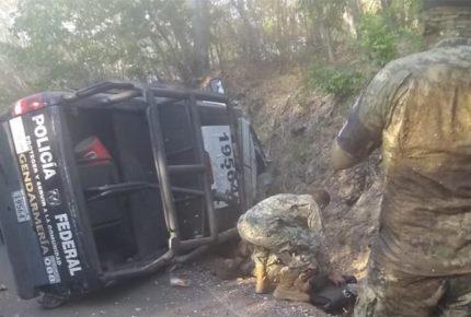 Vuelca vehículo de la GN en Oaxaca; hay al menos cinco heridos