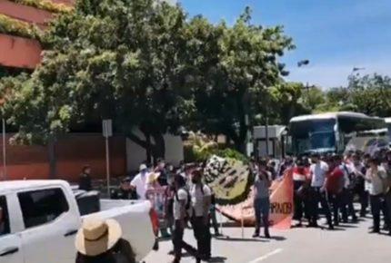 Normalistas marchan en Acapulco; exigen justicia para los 43