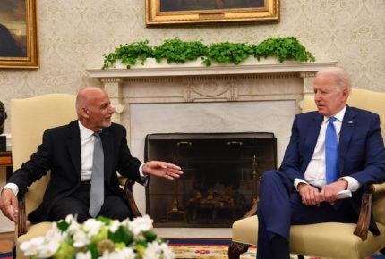 Biden se reúne con presidente afgano por repliegue de EU