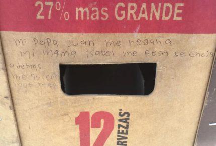 Niña maltratada pide ayuda en un cartón de cerveza en Coahuila