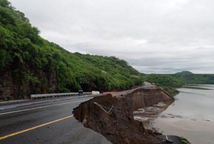 Lluvias provocan colapso en la Autopista Siglo XXI en Michoacán