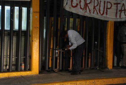 Encapuchados mantienen toma de Prepa 6 de la UNAM