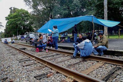 Integrantes de la CNTE liberan vías férreas en Michoacán
