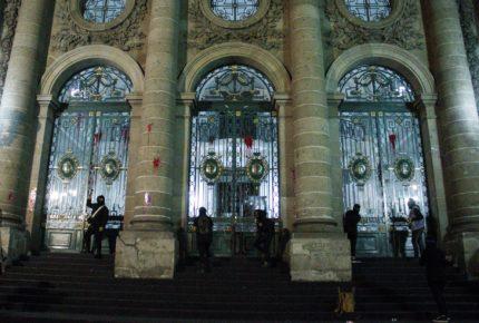 Feministas arrojan pintura al Congreso de la CDMX