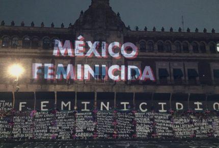 """""""No soy bot, ni de partido""""; protesta feminista en """"mañanera"""" de AMLO"""