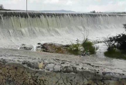 Tras advertencia de Conagua, se desborda presa en Tequisquipan