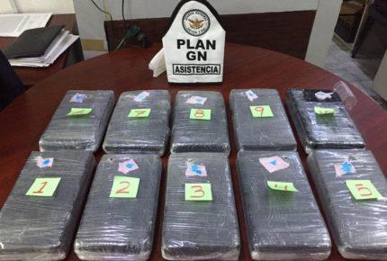 Hallan 10 paquetes con cocaína en baño de AICM