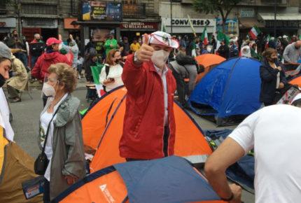 Miembros de FRENAAA acampan en Avenida Juárez