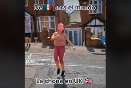 """Mexicana lleva hasta Reino Unido el ritmo de """"La Chona"""""""