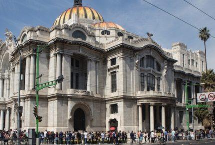 Extranjero grafitea la fachada del Palacio de Bellas Artes