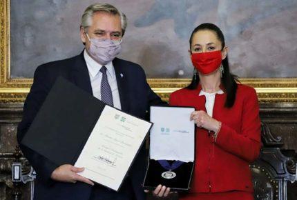 Alberto Fernández es condecorado Huésped Distinguido de la CDMX