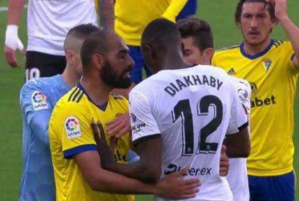 Jugadores del Valencia abandonan la cancha por insultos racistas